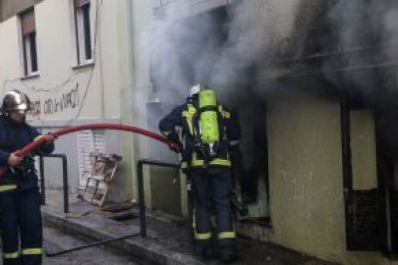 Βίντεο ντοκουμέντο από τη φωτιά στην Κυψέλη – Σπάνε την πόρτα για να σώσουν ανθρώπους
