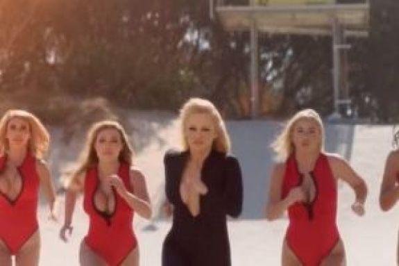 Η Pamela Anderson έτρεξε ξανά στην παραλία αλά Baywatch