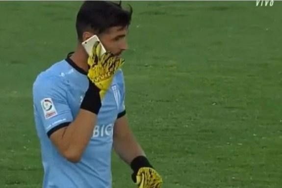 Κόλο Κόλο – Κατόλικα: Στο γήπεδο «πόλεμος» κι ο τερματοφύλακας μιλούσε στο κινητό (pics & vid)