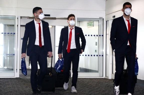 Με μάσκες στο Λονδίνο η αποστολή του Ολυμπιακού