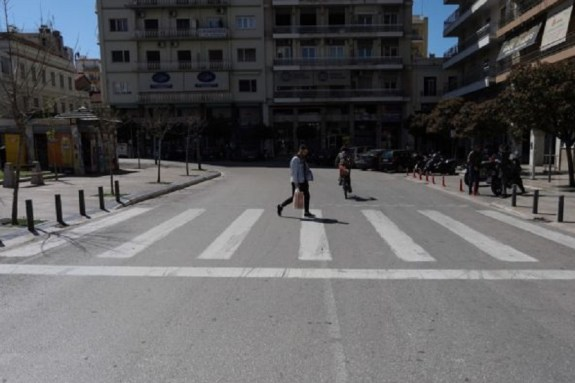 Κορωνοϊός: Νέα δεδομένα για την Ελλάδα – Προτιμά να μολύνει τις παραγωγικές ηλικίες