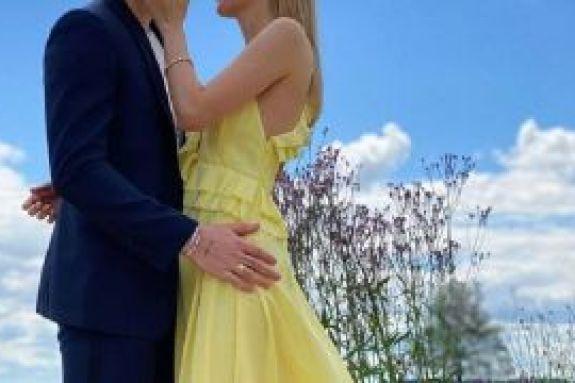 Γιος διάσημου ζευγαριού αρραβωνιάστηκε την καλλονή σύντροφό του – Η πρώτη φωτό