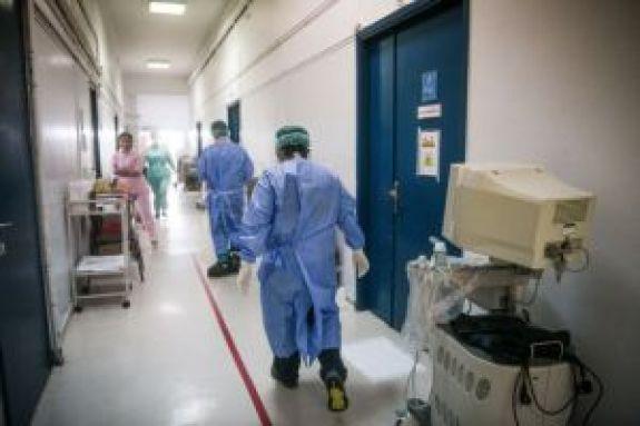 Κορωνοϊός: Ασυμπτωματικοί ασθενείς μπορεί να μεταδίδουν τον ιό και χωρίς φυσική επαφή