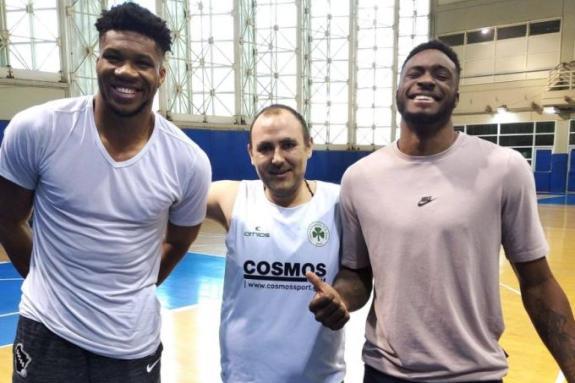 Παναθηναϊκός : Γιάννης και Θανάσης Αντετοκούνμπο δίπλα στην ομάδα μπάσκετ με αμαξίδιο