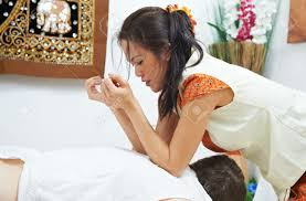 Pressions exercées avec les coudes sur les trapèzes et rhomboïdes - Thaï Massage