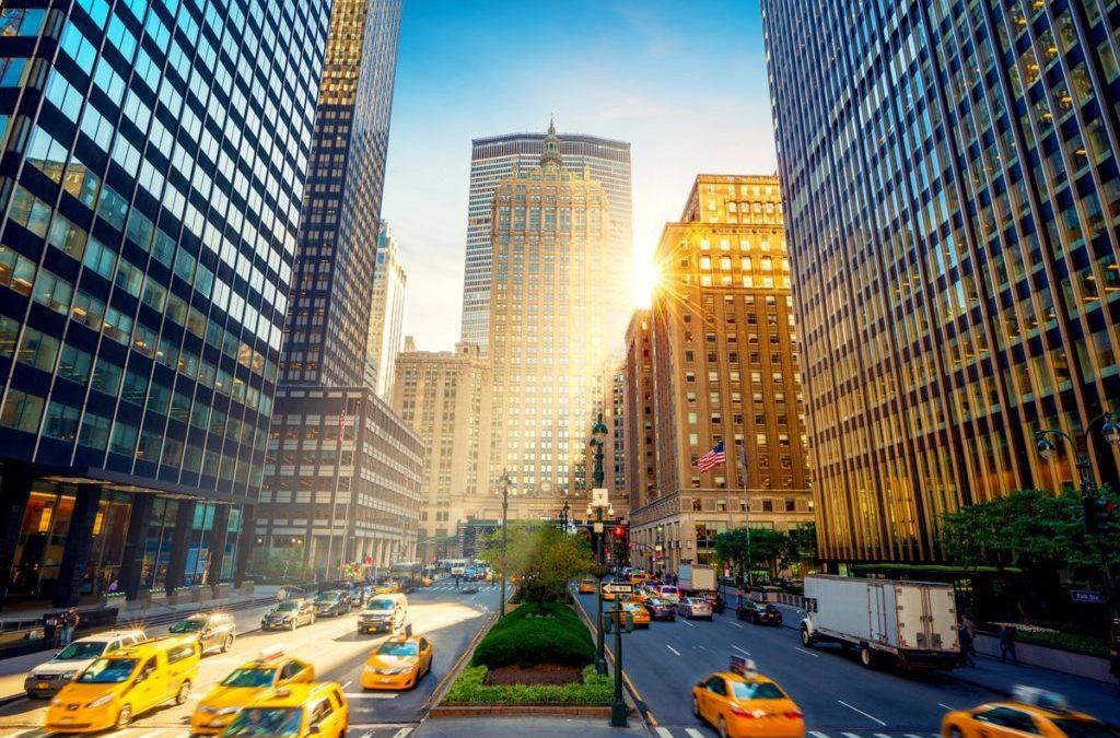 Photo depuis South Park Avenue montrant les taxis jaunes de New York. Au fond on voit le Metbuilding et Grand Central