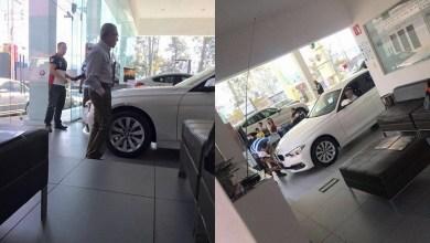 Llueven críticas a Salvador Jara por aparente compra de auto En las imágenes, difundas en la cuenta de Twitter de Fausto Vallejo Mora, uno de los hijos del ex gobernador, Fausto Vallejo, se observa a Jara Guerrero revisar el vehículo que aparentemente está por comprar (FOTOS: TWITTER FAUSTO VALLEJO MORA)