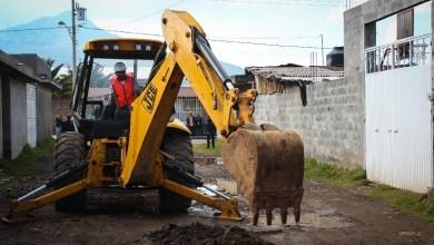 En Arantepacua construyó redes de drenaje, agua potable y acometidas domiciliarias y pavimentó la calle Prolongación Francisco I. Madero con la aplicación de 979 mil pesos, mientras que en Comachuén la calle Cuatro Caminos, invirtiendo 4 millones 861 mil pesos