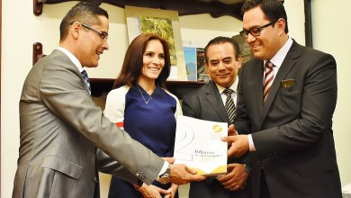 El titular de la CEDH, Víctor Manuel Serrato, acompañado por consejeros y personal del organismo autónomo, hizo entrega del Informe Correspondiente a las labores realizadas durante el periodo 2016-2017