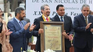 Serna González agradeció al Cabildo de Pátzcuaro y su presidente municipal, Víctor Báez Ceja, la Presea Vasco de Quiroga que en su XXXV edición otorga el gobierno municipal, en ceremonia realizada en la Plaza Vasco de Quiroga