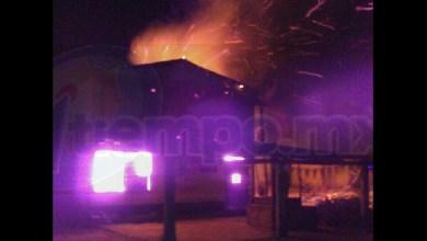 El siniestro ocurrió cuando vecinos de la localidad de Donaciano Ojeda, reportaron al número de emergencias que sobre carretera se estaba incendiando una tienda