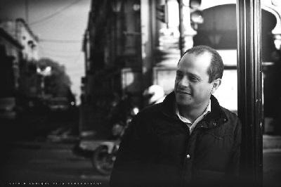 El autor, Christián Gutiérrez, es licenciado en Serecho, con estudios de Maestría en Ciencia Política y Maestría en Neuromarketing, con estudios de doctorado en Política, Gobernabilidad y Políticas Públicas y diplomado en Marketing Político