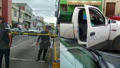 El hecho se registró el martes, cuando dos personas que viajaban a bordo de una camioneta Ford tipo pickup, de color blanco circulaba sobre la calle Pino Suárez y al llegar a la esquina de Juárez fueron interceptadas por sujetos armados, los cuales dispararon en repetidas ocasiones
