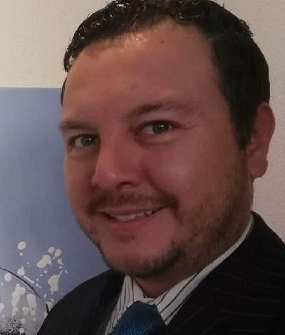 El autor es el Dr. Diego Leal Corral, catedrático de la Universidad Contemporánea de las Américas Morelia; con estudios en Comunicación Política en la Universidad Complutense de Madrid, así como en el Instituto Universitario de Investigación Ortega y Gasset