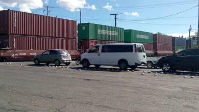 Pareciera que la nueva táctica de la empresa Kansas City Southern de México (KSCM) es que cuando los normalistas realicen bloqueos en las vías, ellos contestar dejando la locomotora impidiendo que cientos, tal vez miles de automovilistas puedan circular