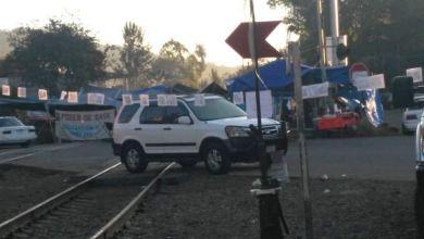 Hoy continuaron los bloqueos en la vía de ferrocarril ubicada en Caltzontzin, Uruapan. En otros puntos como Lázaro Cárdenas, Nueva Italia, Maravatío, La Piedad y Yurécuaro, los maestros aguardan instrucciones en las inmediaciones de los rieles.