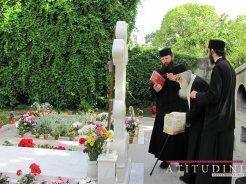 Parintele Justin Parvu la mormantul Parintelui Arsenie Papacioc