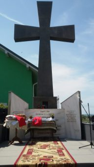 Slujbă de pomenire a Părintelui Justin Parvu si a eroilor Neamului la Troița de la Moțca