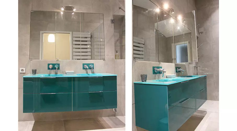 salle de bain avec meubles en verre