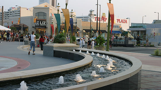 < Tanger Outlets >