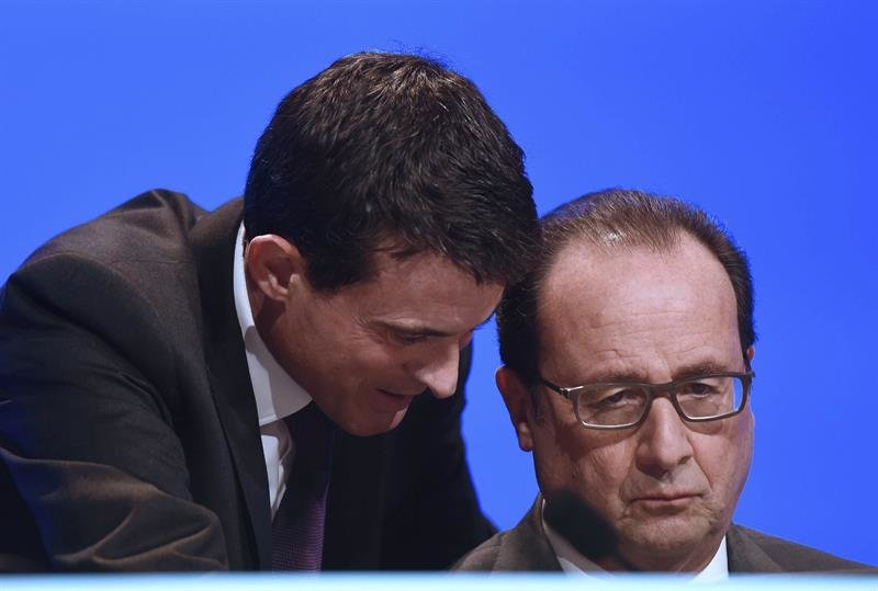 El presidente galo, François Hollande (d) escucha a su primer ministro Manuel Valls (i)