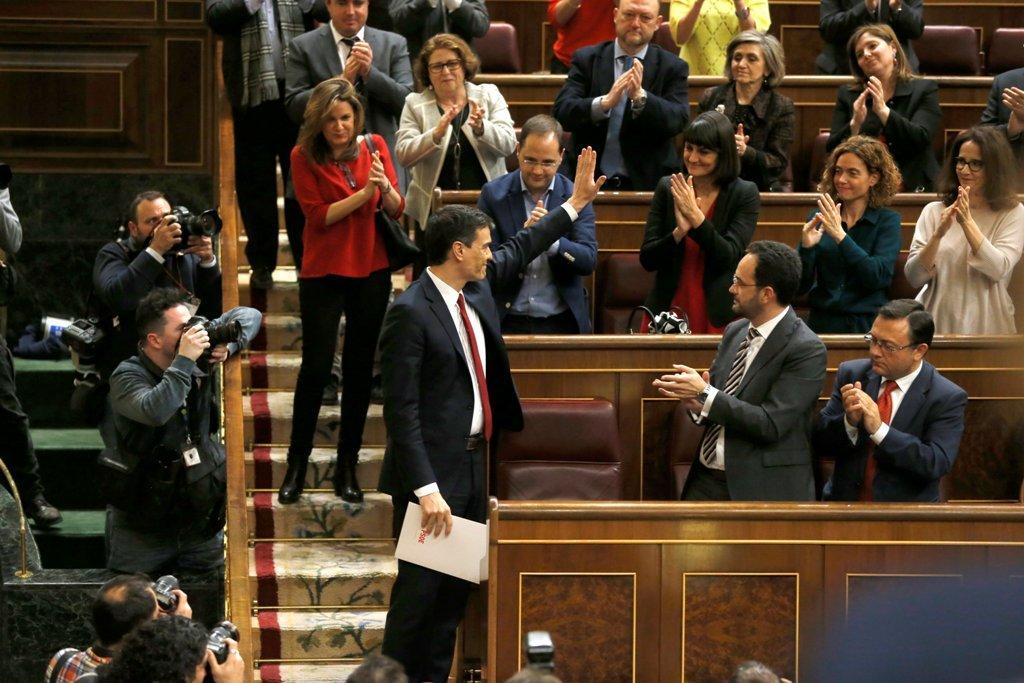 Sánchez saluda a sus compañeros de filas antes de abandonar el hemiciclo tras perder la segunda votación de investidura.