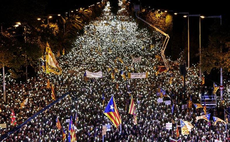 Resultado de imagen de personas marchan en Barcelona por la libertad de los presos soberanistas