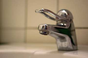 what does a low flow faucet aerator do