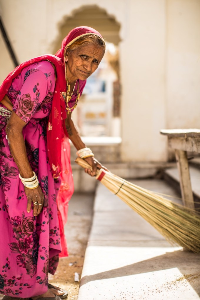 Sweeping woman (1)