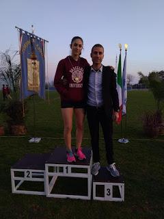 Veronica Lombardi sul podio dei mt 500 Ragazze, premiata dal Presidente dal Comitato provinciale Roma Sud Daniele Troia