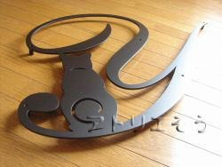 イニシャルYと四葉のクローバーを素敵に組み合わせてデザインしたおしゃれで人気のロートアイアン風アルミ製妻飾りの写真