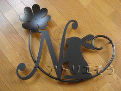 オーダーメイドでデザイン制作したイニシャルNとかわいいうさぎと四葉のクローバーのアルミ製妻飾りの写真です