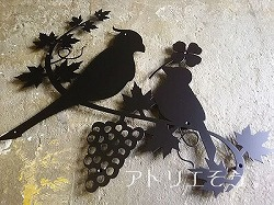アトリエそうデザイン制作のオーダーメイド妻飾りです。小鳥とぶどうのモチーフを組み合わせたロートアイアン風ステンレス製妻飾りです。