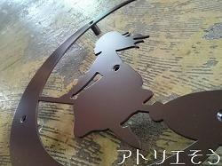 アトリエそうデザイン制作のオーダーメイド妻飾りです。魔女と月を組み合わせたロートアイアン風ステンレス製妻飾りの写真