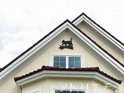 アトリエそうデザイン制作のオーダーメイド妻飾りです。流れ星に猫を乗せたデザインのロートアイアン風アルミ製のオーダー妻飾りの設置写真です。