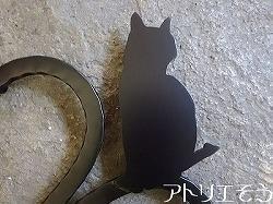 アトリエそうオリジナルデザイン制作の妻飾りです。おしゃれで人気のロートアイアン風アルミ製オリジナル妻飾りAタイプにかわいい猫のモチーフを組み合わせた素敵なデザインです