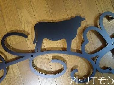518:牛舎の牛と四葉のクローバーの妻飾り