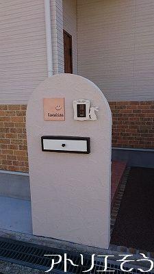 ロートアイアン風ステンレス製のうさぎのインターホンカバーの設置写真