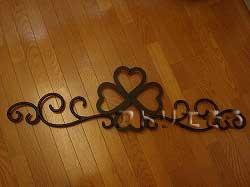 四つ葉のクローバーと唐草模様を組み合わせてデザインしたおしゃれで人気のロートアイアン風アルミ製オーダー妻飾りの写真