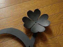 イニシャルOとダックスフンドに四葉のクローバーを素敵に組み合わせてデザインしたおしゃれで人気のロートアイアン風ステンレス製オーダー妻飾りの写真