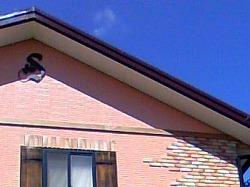 イニシャルSとアイビーを素敵に組み合わせてデザインしたおしゃれで人気のロートアイアン風アルミ製オーダー妻飾りの設置写真