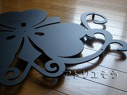ロートアイアン風錆に強いアルミ製剣片喰家紋妻飾り。和風妻飾りの写真。