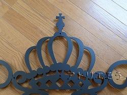 王冠妻飾りです。王冠の両端に唐草模様を組み合わせたアルミ製妻飾りです。