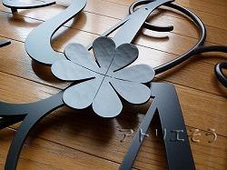 イニシャルYとM+四葉のクローバー妻飾り。ロートアイアン風錆に強いアルミ製妻飾りです。