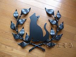 アトリエそうオリジナルデザインのアルミ製妻飾りです。おしゃれで人気のロートアイアン風アルミ製オリジナル妻飾りFタイプに大きな猫のモチーフを加えた妻飾りの写真
