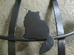 27-猫妻飾り 。おしゃれで人気のロートアイアン風アルミ製オリジナル妻飾りDタイプにかわいい猫のモチーフを加えた素敵なデザインです