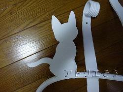 アトリエそうオリジナルデザインのアルミ製妻飾りです。おしゃれで人気のロートアイアン風アルミ製オリジナル妻飾りHタイプ白塗装にかわいい猫のモチーフを加えた妻飾りの写真
