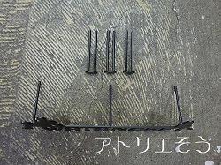 ロートアイアン風錆に強いステンレス製の長門三つ星家紋家紋に男女が腰掛けている表札です