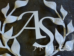 アトリエそうオリジナルデザインのアルミ製妻飾りです。おしゃれで人気のロートアイアン風アルミ製オリジナル妻飾りFタイプにイニシャルAとSのモチーフを加えた妻飾りの写真