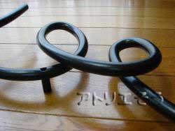 アトリエそうのオーダーメイドデザイン制作の妻飾りです。丸棒をイニシャルAとEの文字に曲げて素敵にデザインしたおしゃれで人気のロートアイアンのオーダー妻飾りの写真